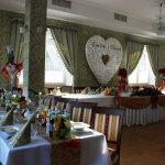 Udekorowane stoły dla Państwa Młodych i gości