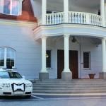 Samochód weselny przed Dworem Maria Antonina