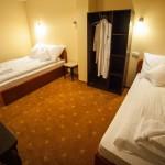 Pokój w hotelu, łóżka