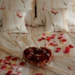 Łóżko małżeńskie w pokoju dla nowożeńców