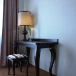 Stół z lampką nocną w hotelu Dwór Maria Antonina