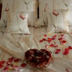 Łoże małżeńskie przystrojone kwiatami