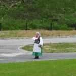 Kobieta w stroju ludowym w okolicy Dworu Maria Antonina