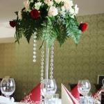 Bukiet kwiatów na stole weselnym