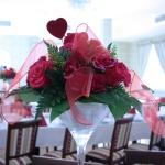 Kwiaty w wazonie na stole weselnym