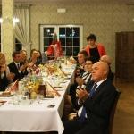 Goście przy stole na balu koniarza