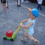 Dziecko z zabawką kosiarką