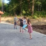 Dzieci skaczące na skakance