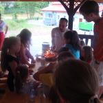 Zapalanie tortu w altanie, urodziny dziecka