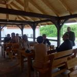 Spotkanie w drewnianej altanie