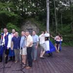 Taniec na podeście pod drewnianą altaną