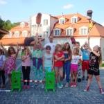 Dzieci pozujące do zdjęcia na przyjęciu urodzinowym