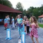 Dzieci skaczące na placu zabaw